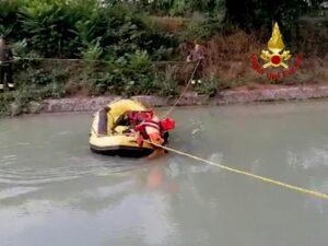 Il gommone con i soccorritori acquatici dei Vigili del Fuoco